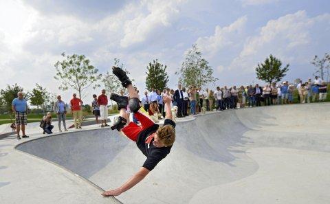 Ein Skater macht Stunts im Skatepark der Überseestadt vor zahlreichen Zuschauer*innen
