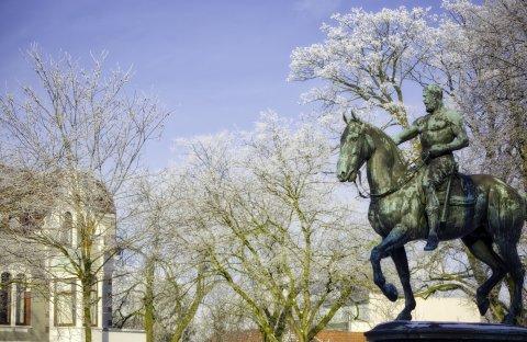 Das Kaiser-Friedrich-Denkmal in Schwachhausen zeigt Ross und Reiter vor verschneiten Baumwipfeln