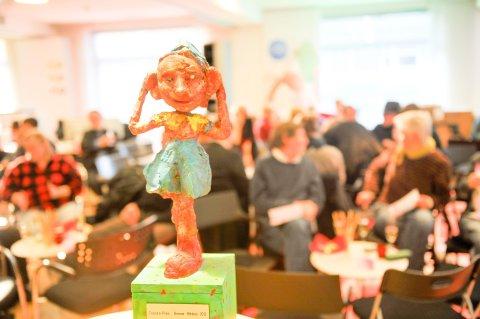 """Die Bronzeskulptur """"Rüdi hört"""" wird regelmäßig als Journalistenpreis verliehen."""