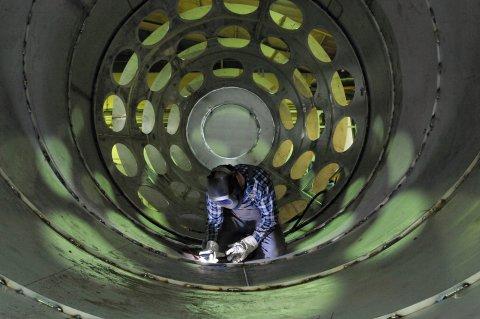 Ein Arbeiter mit Schutzmaske bei Schweißarbeiten.