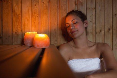 Frau entspannt in der Sauna