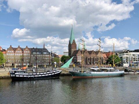 """Zwei große Schiffe, das """"Pannekoekschip"""" und die """"Alexander von Humboldt"""" (von links nach rechts) liegen auf der Weser an der Bremer Schlachte, Bremens Flaniermeile."""