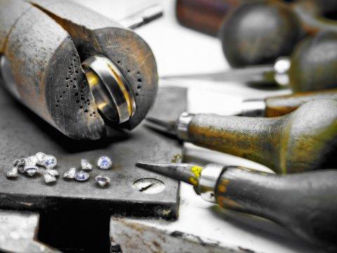 Ein Ring wird in einer Goldschmiedewerkstatt angefertigt.