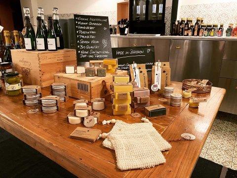 Verschiedenen Bremer Manufakturprodukte werden auf einem Tisch präsentiert.