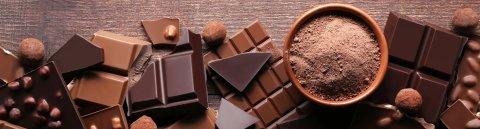 Ein Bild von verschiedensten Schokoladen von oben.