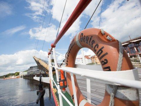 Ein Rettungsring an Bord der Schulschiff Deutschland.