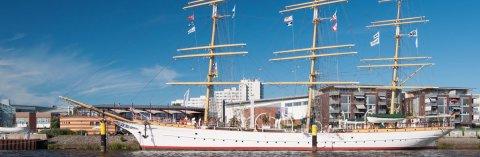 Ein traditionelles Schiff liegt am Anleger; Quelle: bremen.online GmbH/ Dennis Siegel
