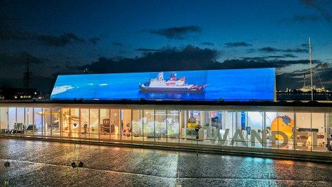 Außenansicht des Deutschen Schifffahrtsmuseums. Auf dem Dach ist eine große Leinwand auf das Video eines Schiffs projiziert wurde.