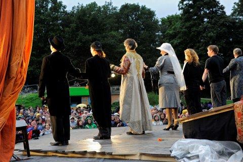 Schauspieler*innen führen eine Shakespeare Inszenierung im Bürgerpark auf.
