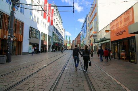 Shopping Bummel in der Obernstraße - Im Hintergrund der Dom