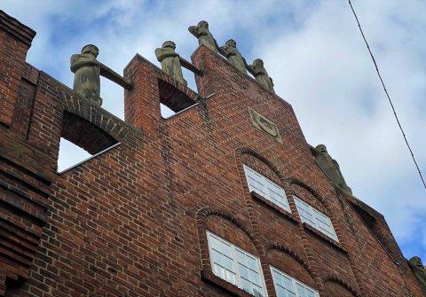 Die Statuen der Sieben Faulen auf einem Dachgiebel.