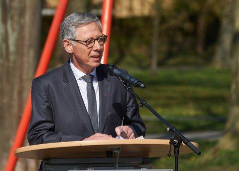 Ein Mann hält eine Rede