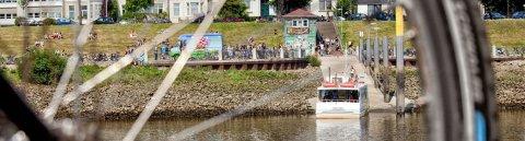 Ob mit dem Fahrrad oder der Sielwallfähre: Der Weserstrand am Café Sand hat im Sommer eine große Anziehungskraft. (Quelle: WFB Wirtschaftsförderung Bremen GmbH/T. Vankann)