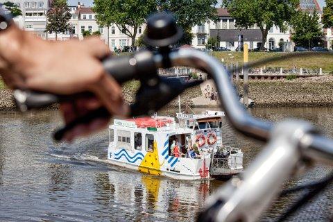 Ob mit dem Fahrrad oder der Sielwallfähre: Der Weserstrand am Café Sand hat im Sommer eine große Anziehungskraft.