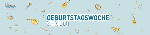 """Hellblauer Banner mit kleinen Illustrationen von Musikinstrumenten und Noten und dem Schriftzug """"Geburtstagswoche 3. bis 7 Juli"""""""