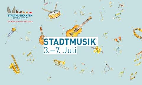 """Hellblauer Banner mit kleinen Illustrationen von Musikinstrumenten und Noten und dem Schriftzug """"Stadtmusik 3. bis 7. Juli"""""""