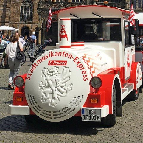 Der Stadtmusikantenexpress wartet vor dem Bremer Rathaus auf Gäste.