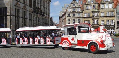 Der Stadtmusikantenexpress dreht seine Runde auf dem Bremer Marktplatz.