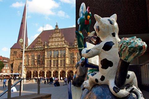 Farbenfrohe Stadtmusikanten-Figuren der Bremer LeseLust mit dem Bremer Rathaus im Hintergrund