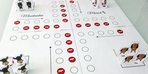 Ein selbstgebasteltes Spielbrett mit Spielfiguren