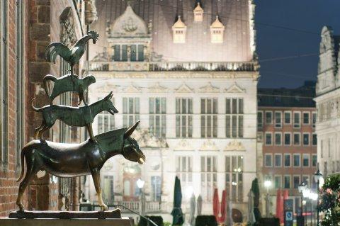Die bronzenen Stadtmusikanten bei Nacht (Quelle: Dennis Siegel)