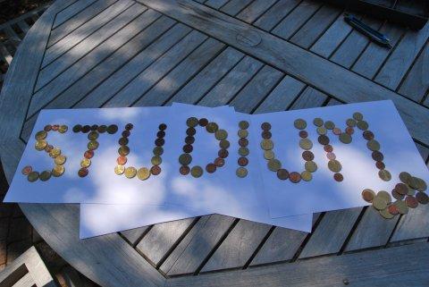 Das Wort Studium geschrieben mit Kleingeld