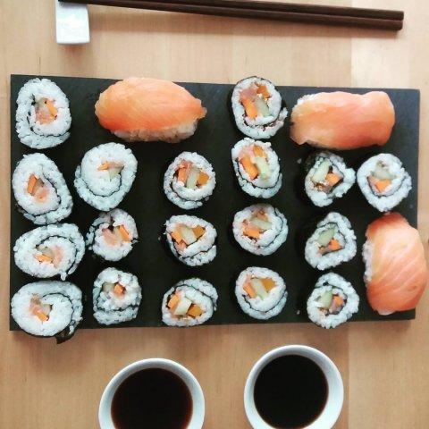 Eine Auswahl gemischter Sushi-Rollen von oben fotografiert