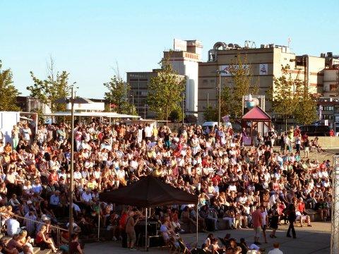 Menschenmenge auf den Stufen am Europahafen.