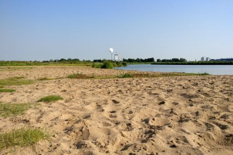 Blick über den Sandstrand der Uferaue Habenhausen in Richtung Hastedt