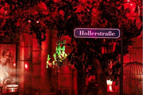 Der Ausstellungsraum ist in rotes Licht gehüllt.