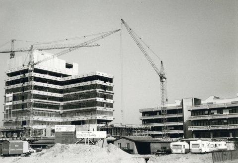 Ein schwarz-weißes Foto zeigt eine Baustelle und Kräne auf dem Gelände der Uni Bremen; Quelle: Staatsarchiv Bremen/Universität Bremen