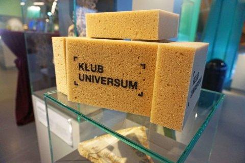 Schwämme mit der Aufschrift Klub Universum.