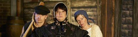 Drei Schauspieler des Vegesacker Geschichtenhauses schauen in die Kamera.