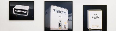 """Drei eingerahmte Bilder, die Cluster darstellen. Sie sind in der Ausstellung """"So wie wir sind 1.0"""" in der Weserburg zu sehen."""
