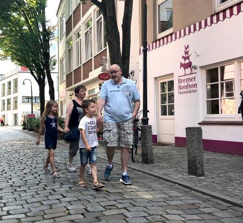 Familie vor der Bremer Bonbon Manufaktur