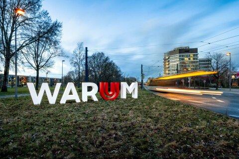 """Zu sehen ist der Schriftzug """"Warum"""" vor dem Gebäude der Universität Bremen. Er gehört zu der Ausstellung """"WARUM? DARUM!"""" der Uni Bremen"""