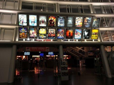 Eingangsbereich des Cinespace in der Waterfront mit beleuchteten Filmplakaten