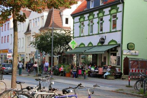 Blick auf ein belebtes Café in Findorff