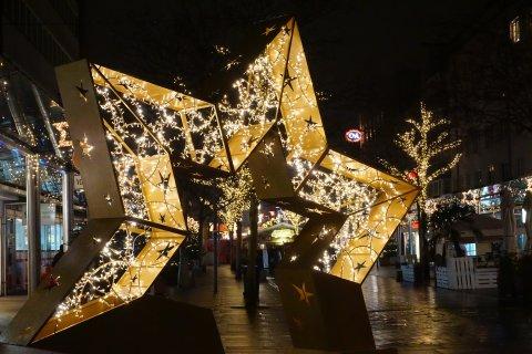 Eine Art leuchtender Weihnachtsstern als Eingangstor eines Weihnachtsmarktes.