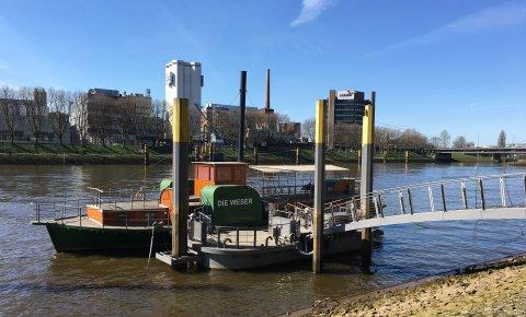 """Der Nachbau eines Weserraddampfers """"Die Weser"""" am Anleger an der Schlachte."""