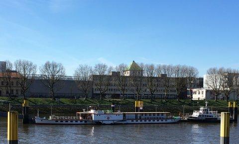 Der Schaufelraddampfer Weserstolz an seinem Anleger auf der Weser.