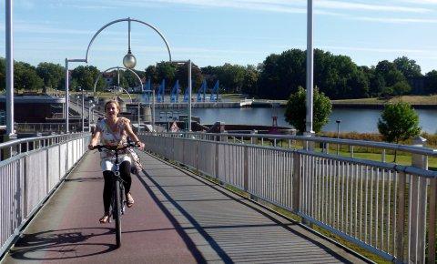 Eine junge Dame fährt Fahrrad