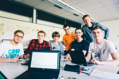 Sieben Schüler im Klassenraum
