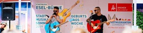 Zwei Musiker auf einer Bühne