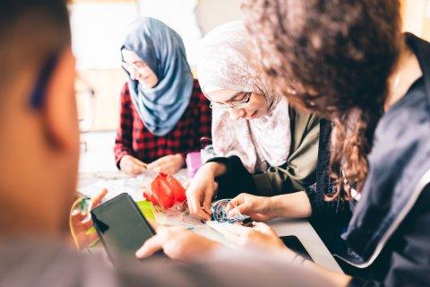 Schülerinnen bei der Arbeit