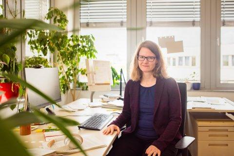 Prof. Dr. Simone Scherger am Schreibtisch