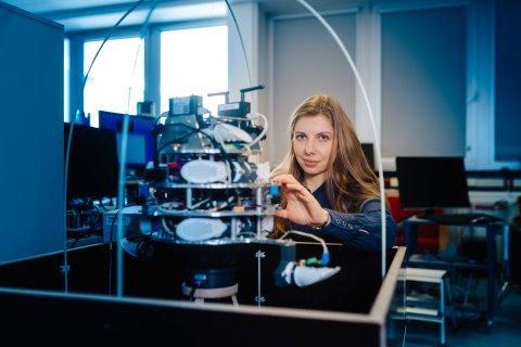 Dr. Valerie Schröder baut am CIMON