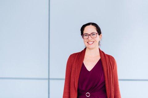 Wissenschaftlerin Dr. Alice Lefebvre steht vor einer Wand