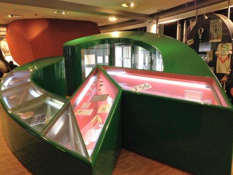 Zu sehen ist das grüne Werder-W als Vitrine im Werder-Museum.