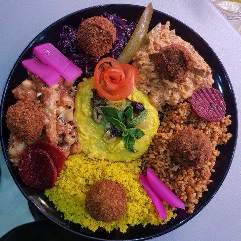 Vegetarischer großer Salatteller mit Falafel.